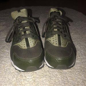 Green Nike Roshes!!